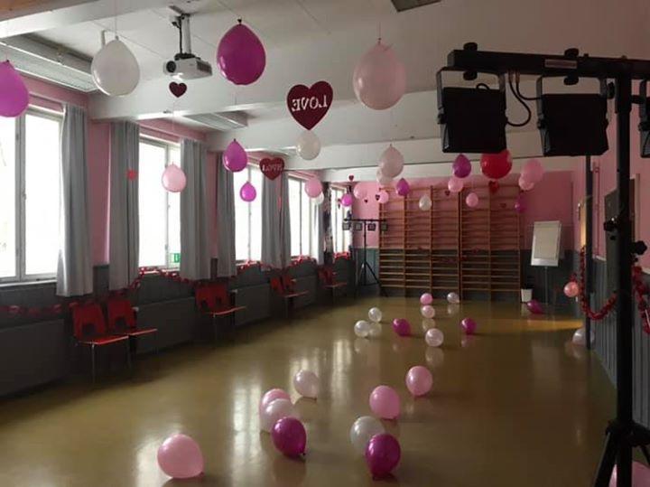 Ystävänpäivänä Östiksellä koululaisten ystävänpäivädisko Joten jooga Sakarinmäen koululla