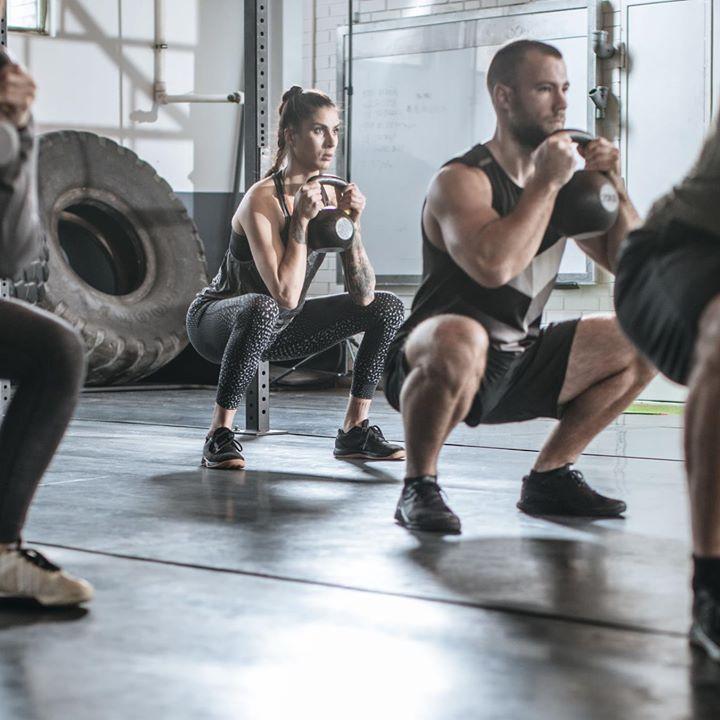 Tänään perus body- tunti. Alkuun helppoa askellusta ja lihaskunnossa toiminnallisia liikkeitä käsipainojen avulla