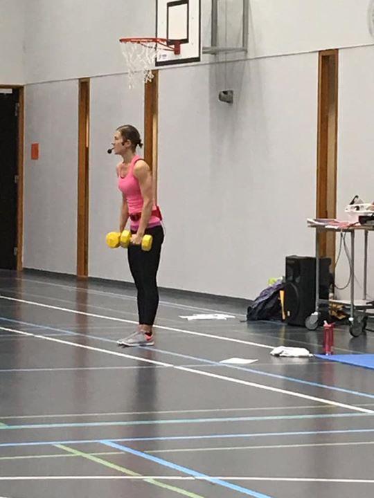 Tänään teematunnilla syke/lihaskuntoa vuorotteleva koko kehon treeni. Apuvälineinä steppilauta ja käsipainot . Tehokkaan treenin…